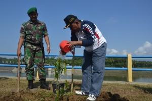 Asisten Administrasi Sekda Ir Gunarto menanam pohon secara simbolis (1)
