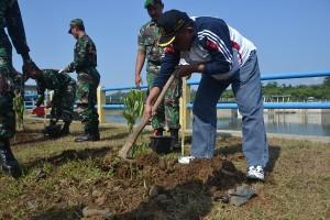 Asisten Administrasi Sekda Ir Gunarto menanam pohon secara simbolis (3)