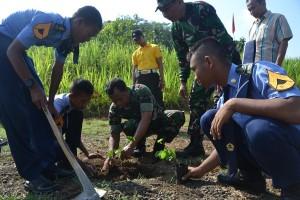 Siswa SMK Penerbangan Purbalingga dibantu TNIPolri melakukan penanaman pohon di areal Bendung Slinga (1)