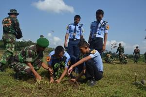 Siswa SMK Penerbangan Purbalingga dibantu TNIPolri melakukan penanaman pohon di areal Bendung Slinga (4)